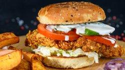Crispy Chicken Burger + cartofi, sos si salata Coleslaw image