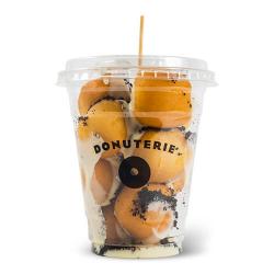 Pahar cu mini donuts cu glazură de ciocolată albă și biscuiți Oreo