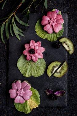 50018 Cupcake cu mure și kiwi (Produs Congelat)/ Blackberry and kiwi cupcake image