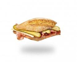 Sandwich cu salam