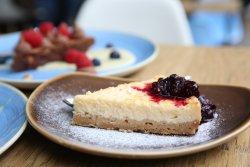 Cheesecake cu sos de fructe de pădure image