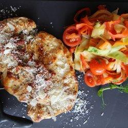 Piept de curcan marinat în ghimbir, cu roșii uscate, sos de lămâie și carpaccio de legume și fenicul image