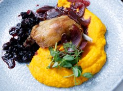 Pulpă de rață confiată alături de piure de morcovi, pară trasă în vin roșu și sos de merișoare  image
