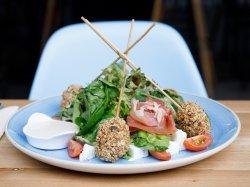 Salată cu pui crocant image