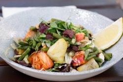 Salată caldă cu somon image