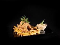 Aripioare de pui cu sos picant și cartofi prăjiți image