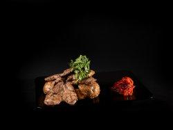 Ceafă de porc bătută cu cartofi în coajă și ardei marinat  image