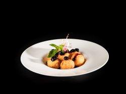 Papanași cu dulceață de afine și smântână  image
