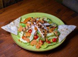 Salată cu piept pui și avocado image