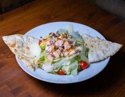 Salată caesar cu somon la grătar image