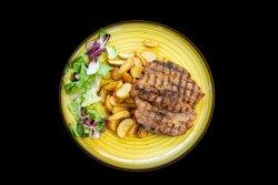 Ceafă de porc servita cu cartofi wedges image