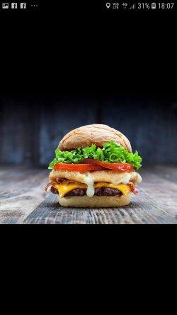 Burger Black Angus cu cartofi prăjiți. image