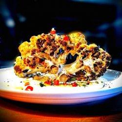 Cauliflower steak..conopidă gătită și brezată  in unt clarifiat la temperatura  controlată în cuptorul Josper cu sos de camembert franțuzesc ,  morcovi caramelizati și broccoli blanșat .  image