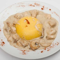 Ciulama de pui cu ciuperci și mămăliguță/Chicken and mushrooms white sauce with polenta image