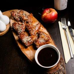 Aripioare de pui cu susan și sos BBQ