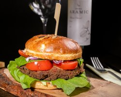 Burger vegetarian și cartofi prăjiți