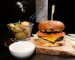 Burger vită Black Angus cu cartofi wedges
