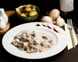 Cotlet de porc cu sos de ciuperci și cartofi la cuptor