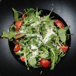 Salată de ruccola cu roșii cherry  image