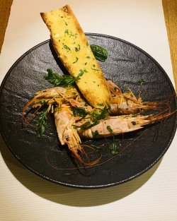 Jumbo shrimps în sos aglio olio pepperoncino cu garlic bread