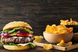 Burger cu cartofi prăjiți image