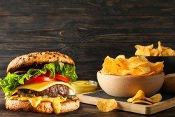 Cheeseburger cu cartofi prăjiți image