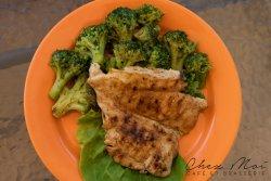 Piept de pui la gratar servit cu broccoli
