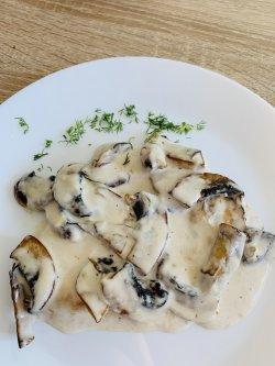 Pui cu sos de smântână și ciuperci image