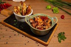 Tigaie picantă mixtă și cartofi la cuptor