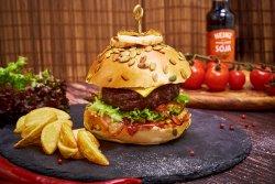 Hamburger de vită și cartofi prăjiți image