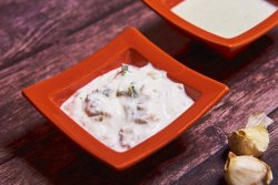 Sos de usturoi cu iaurt și smântână image