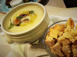 Garlic cream soup with mussels image