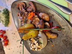 Piept de rață flambat cu pere Williams și piure cu mix semințe prăjite image