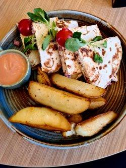 Quesadilla de pui și cartofi wedges image