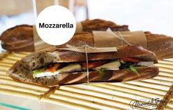 Sandwich cu mozzarella image