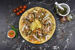 Pizza cu fructe de mare + Fuzetea 500 ml
