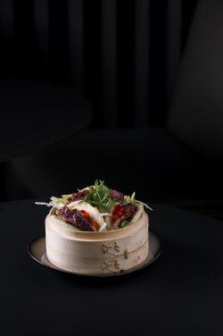 Piept de rață cu varză Asiatică, chifle chinezești la aburi / Duckbreast with Asian Slaw, Chinese Steam Buns image