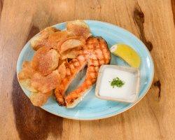 Somon la grătar cu chips de cartofi și iaurt image