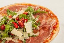 Pizza prosciutto crudo, rucola e pomodorini  image