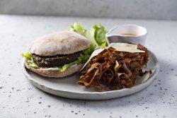Burger vegan cu chips-uri din coji de legume image