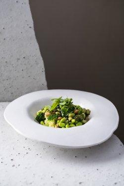 Salată cu brocoli și edamame, arahide și sos  image