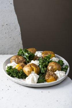 Salată de cartof cu kale, gălbenuș de ou confiat și spumă de Năsal cu trufe  image