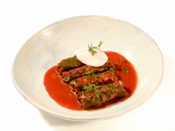 Sarmale de vită în foi de viță cu sos gulaș image