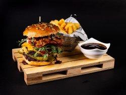 Meniu MISTER burger (porc), cartofi prajiti si sos image