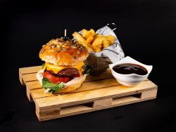 Meniu VEGGIE burger, cartofi prajiti, sos image
