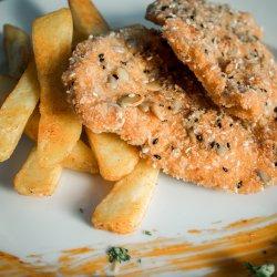 Șnițel auriu de pui în crustă de panko și semințe cu cartofi prăjiți image