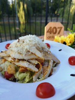 Salată Caesar cu piept de pui și parmezan image