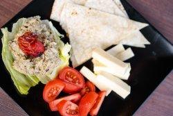 Salată Vinete de casă cu roșii, telemea și lipie image