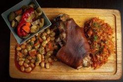 Ciolan de porc afumat cu varză călită și iahnie de fasole (2 pers.) image