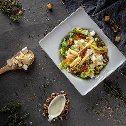 Salată cu 4 tipuri de brânză și sos pesto cu iaurt image